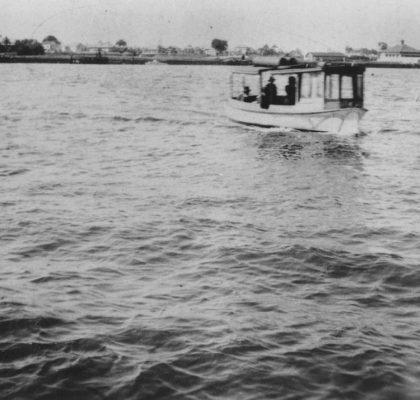 StateLibQld_1_164479_Apollo_Ferry_crossing_the_Brisbane_River_between_Hamilton_and_Bulimba,_ca._1925